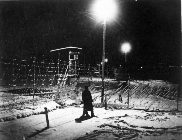Неизвестный автор. Лагерь военнопленых в Хользминдене. Ночью в лагере. Германия, 1914-1918. © Photothèque CICR (DR)