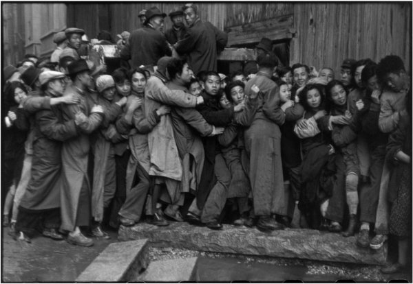 Последний день раздачи золота Куомитангом. Шанхай, Китай, 1949 г. Уличные фото