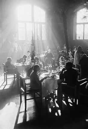 Аркадий Шайхет. Рабочее кафе. Лучи (Ресторан Казанского вокзала). 1937. Серебряно-желатиновый отпечаток