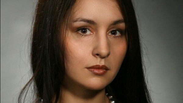 Фото с измененным цветом глаз и добавлением отражения окна.