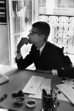 Марк Рибу. Ив Сен-Лоран за рабочим столом. Париж, 1964. © Marc Riboud
